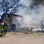 Un deposito in fiamme alla periferia di Matelica