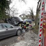 Dopo lo scontro un'auto resta in bilico a bordo strada, il conducente trasportato in ospedale