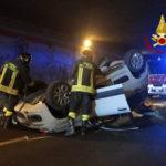 Auto si ribalta sotto la galleria, il conducente trasportato all'Ospedale di Torrette