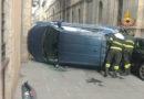 Auto si ribalta nel centro storico, il conducente soccorso e trasportato in ospedale