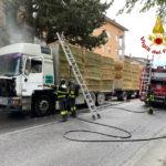 La motrice di un autotreno in fiamme alla periferia di Macerata