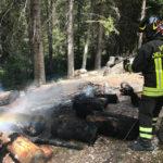 Spento l'incendio di una catasta di legna, evitato che le fiamme raggiungessero un bosco
