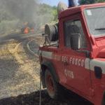 Mietitrebbia in fiamme, l'incendio devasta un campo di grano di 20 ettari