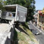 Un camioncino sfonda un muretto e resta in bilico nel vuoto