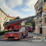 Incendio in un appartamento, l'uomo che vi abita accompagnato in ospedale