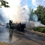 Temperature ancora elevate, un'altra auto distrutta dalle fiamme