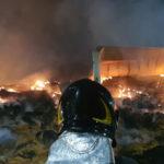 Duemila rotoballe di paglia in fiamme all'interno di un capannone / Video