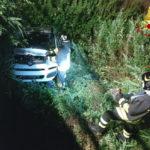 Nella notte perde il controllo dell'auto che finisce in un fossato