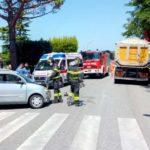 Camion contro un'auto, strada chiusa durante i soccorsi