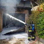 Incendio in un garage, in fiamme anche un'auto