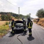 Un'auto in fiamme alla periferia di Tolentino