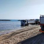 Autocarro per la raccolta dei rifiuti resta bloccato sulla battigia