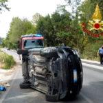 Perde il controllo dell'auto che si rovescia, una donna soccorsa e portata in ospedale
