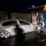 Un'auto prende fuoco all'interno di un garage