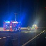 Tamponamento con due feriti sull'A14, un'auto finisce in un campo e prende fuoco