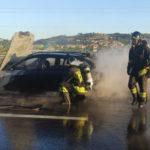 Vettura in fiamme sulla superstrada, traffico bloccato