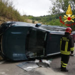Perde il controllo dell'auto che si rovescia al centro della strada, soccorso e trasportato in ospedale