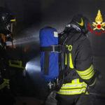 Operaio si allontana dall'appartamento in fiamme e dà l'allarme